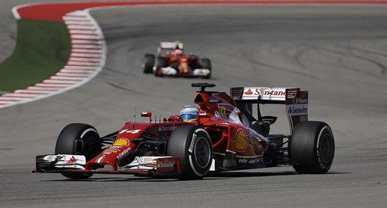 Fernando Alonso v kvalifikaci na Velkou cenu USA. Za ním krouží jeho stájový...