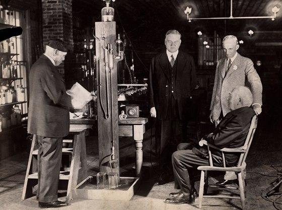 Thomas Edison (vpravo vsedě) a Francis Jehl (úplně vlevo) při zinscenované rekonstrukci rozsvícení první žárovky v roce 1929, tedy během oslav 50. výročí události. Na oba dohlíží prezident Herbert Hoover (podle něj Hooverova přehrada) a Henry Ford (úplně vpravo), kteří se k objevu žárovky přichomýtli samozřejmě až zpětně.