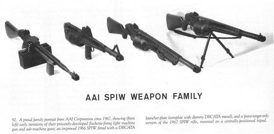 """Čtyři prototypy šipkových zbraní, které v 60. letech vyvíjela společnost AAI. Vlevo je první, jen v rámci firmy vyvíjený prototyp lehkého kulometu a samopalu na """"šipky"""". Vpravo je pak pokročilejší prototyp stejného lehkého kulometu s bubnovým zásobníkem a také dvojnožkou pro """"bodovou"""" střelbu."""