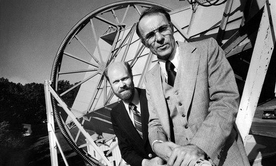Robert Wilson (vlevo) a Arno Penzias v 70. letech. (Dá se historicky zařadit i podle plnovousu, který měl jen právě během 70. let, jak říká Wilsonova manželka.)