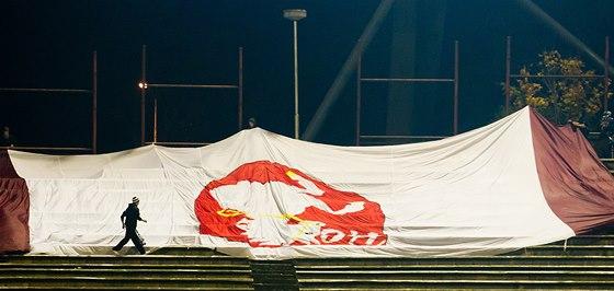 Ukradená vlajka hokejových Pardubic se objevila na tribuně při pohárovém utkání fotbalistů Hradce Králové s Plzní.