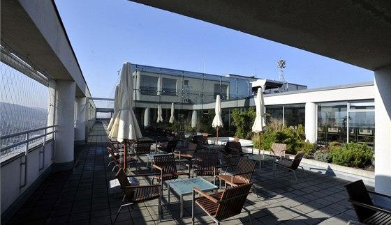 Na podzim 2013 byly v severovýchodní a jihovýchodní části terasy instalovány