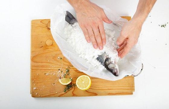 Doprostřed plechu položíme rybu a celou ji přikryjeme zbytkem solné směsi.