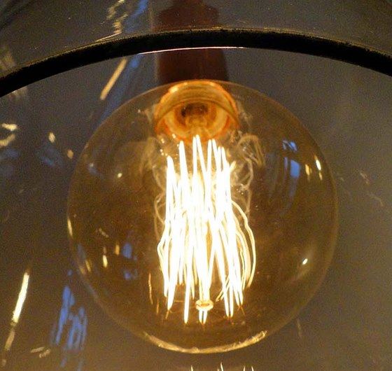 Z kolekce 3R - Redukuj-Renovuj-Recykluj: lustr ze sklen�n� m�sy dopln�n� ��rovkou Mega Edison.