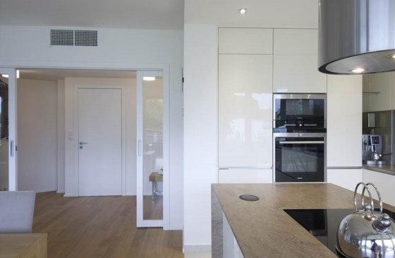 Posuvné dveře oddělují velký obytný prostor od vstupní části domu.