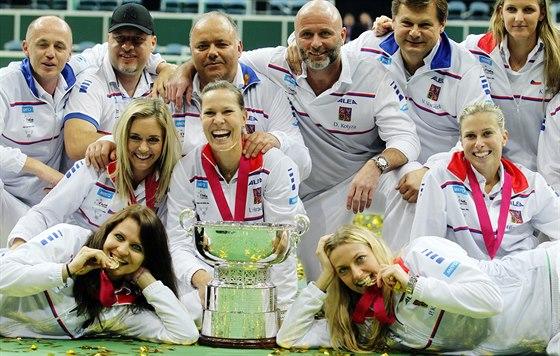 Český fedcupový tým s trofejí