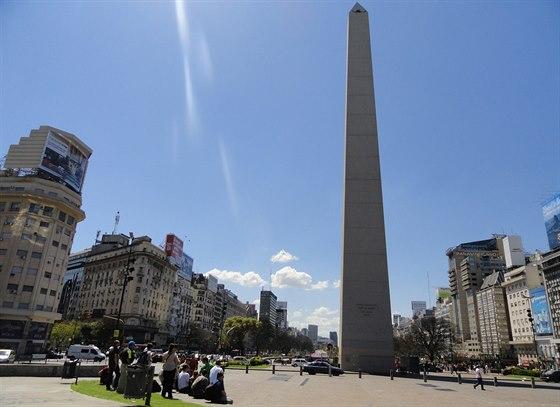 St�edobod Buenos Aires. Pod obeliskem se lid� sch�zej�, a� u� p�i demonstrac�ch proti vl�d�, nebo p�i oslav�ch velk�ho fotbalov�ho v�t�zstv�.