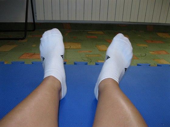 Vytočení pravé nohy způsobené stažením svalu