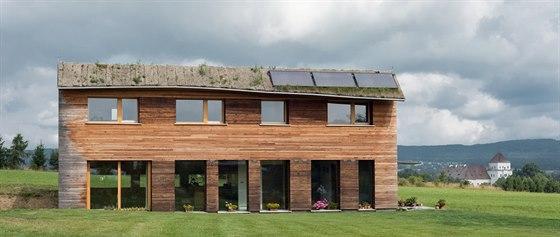 """Zakřivený """"kšilt"""" střechy je navržen tak,  aby v létě stínil a naopak v zimně pustil slunce dovnitř."""