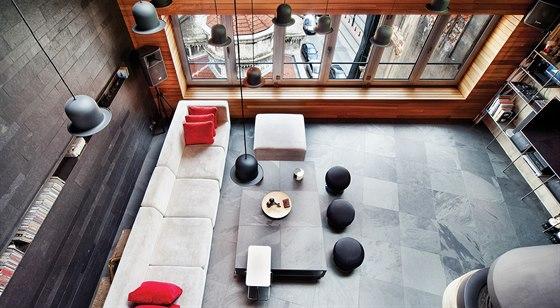 60 × 60 centimetrů velké čtverce jsou položeny mírně šikmo. Kontrast k pravým úhlům rohů loftu dodává prostoru na hravosti.