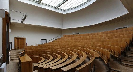 Proč se vyplatí zadat projekt význačnému architektovi? Dbá na formu ve spojení s funkcí do posledních detailů. Právnická fakulta slouží svému účelu v téměř nezměněné podobě přes 90 let.