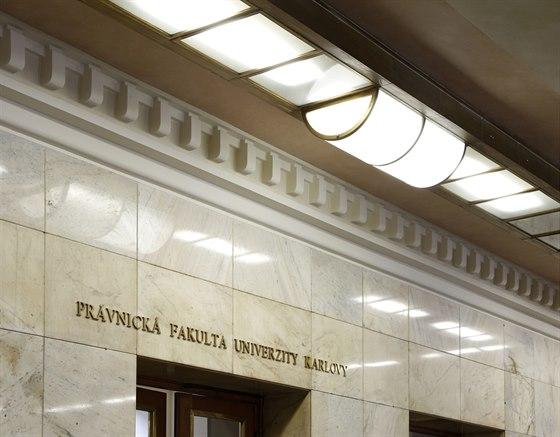 Ve velkoryse pojatém vstupním vestibulu zaujmou vysoké pilíře po stranách, obložené mramorem. Prostor osvětluje původní skleněný pás u stropu.