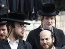 Ortodoxní židé obhlížejí místo, kde do skupiny Izraelců v Jeruzalémě najel arabský řidič dodávky (5. listopadu 2014)
