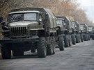 Neoznačený vojenský konvoj, který reportéři agentury AP vyfotili u obce Snyžne asi 80 kilometrů od Doněcku (8. listopadu 2014)