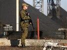 Proruský separatista střeží doly na východě Ukrajiny (7. listopadu 2014)
