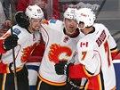 Radost z gólu mají hokejisté Calgary. Zleva Josh Jooris, Jiří Hudler a  T.J....