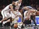 Basketbalisté Brooklynu v bílém obklopili Perryho Jonese z týmu Oklahoma City. ...