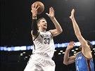 Mirza Teletovic z Brooklynu střílí, brání ho Nick Collison z týmu Oklahoma City.