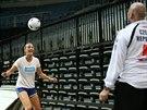 ZÁBAVNÝ TRÉNINK. Petra Kvitová se s trenérem Davidem Kotyzou pustila i do nácviku fotbalových dovedností.