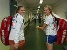 V DOBRÉ NÁLADĚ. Lucie Hradecká a Petra Kvitová rozdávají úsměvy před tréninkem fedcupového týmu.