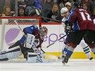 Semjon Varlamov v brance Colorada �el� pokusu Radima Vrbaty z Vancouveru. Toho je�t� brzd� Jarome Iginla.