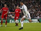 PŘÍPRAVA NA STŘELU. Cristiano Ronaldo napřahuje, jeho pokus však v síti Liverpoolu neskončil.