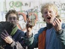 Dva mu�i hrd� ukazuj� ��sti Berl�nsk� zdi, kter� na�li u Braniborsk� br�ny po otev�en� hranic (10. listopadu 1989).