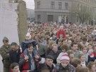 V�chodn� Berl��an� proch�z� nov�m pr�chodem na Bernauerov� ulici po p�du Berl�nsk� zdi (11. listopadu 1989).