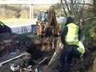 Dělníci pracují na opravě prasklého vodovodního řadu v Broumarské ulici v Praze...