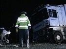 Na silnici číslo 101 u Říčan se čelně srazil Volkswagen Golf s kamionem. Řidič osobního vozu nehodu nepřežil (5.11.2014)