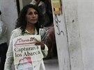 Prodavačka novin, které na první stránce informují o zatčení bývalého starosty José Luise Abarky.