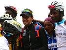 """Španělský """"pistolník"""" Alberto Contador v obležení afrických cyklistických nadějí před výstupem na Kilimandžáro."""