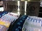 HILDITCH & KEY Dal�� slavn� specialista na ko�ile, kravaty, svetry a� po m�dn� dopl�ky, nap��klad man�etov� knofl��ky. Charles F. Hilditch a W. Graham Key otev�eli sv�j prvn� obchod v roce 1899 v Tottenham Court Road. Brzy ale za�ali prosperovat a jm�no Hilditch & Key se stalo favoritem lond�nsk� �lechty. Pot�ebovali proto nov� prostory - a ty na�li v Jermyn Street.
