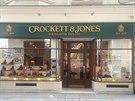CROCKETT & JONES Tato rodinn� obuvnick� firma funguje u� v�ce ne� 135 let. Spole�nost zalo�ili Charles Jones se sv�m �vagrem Jamesem Crockettem s dotac� 100 liber. Jejich obchod si obl�bil ve 20. letech minul�ho stolet� proslul� v�voda z Yorku (pozd�j�� kr�l Ji�� VI).