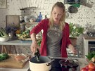 Linda připravuje polévku z ráje podle svého receptu.