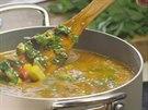 Vlastně jde o hodně hustou minestrone vylepšenou o lososa.