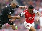 UTEČU TI. Alexis Sánchez z Arsenalu s míčem na noze uniká Davidu Jonesovi z...