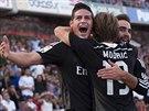 POHODLNÁ VÝHRA. Fotbalisté Realu Madrid oslavují gól Jamese Rodrigueze (vlevo)...