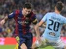 Z CESTY. Lionel Messi, hvězda Barcelony, obchází s míčem ve vápně Sergi Gomeze...