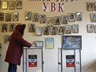 Volička odevzdává svůj hlas v jedné z volebních místností v Doněcku (2....