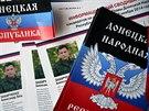 Přípravy dva dny před volbami v Doněcku. Pokyny pro voliče leží v jedné z...