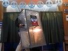 Jeden z členů volební komise v Doněcku chystá volební místnost pro nadcházející...