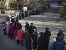Před některými volebními místnostmi v Doněcku se od rána tvořily dlouhé fronty...