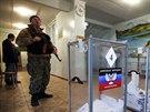 Ozbrojenci hlídkují v jedné z volebních místností v Doněcku (2. listopadu 2014).