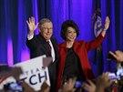 Republikánský kandidát za stát Kentucky Mitch McConnell slaví po boku své ženy vítězství v jednom z nejtěsnějších duelů. Porazil kandidátku demokratů a po šesté v řadě tak získal mandát ve Washingtonu (5. listopadu 2014).