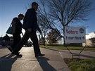Voliči ve městě Omaha v americkém státě Nebraska se chystají odevzdat svůj hlas (4. listopadu 2014).
