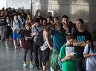 Před řadou volebních místností se tvořily dlouhé fronty, stejně tak jako v univerzitním kampusu v texaském Austinu (4. listopadu 2014).