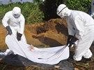 Zdravotníci na předměstí liberijské Monrovii se chystají pohřbít pacienta, který podlehl ebole (27. října 2014).