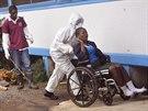 Liberijská vězeňkyně s podezřením na nákazu ebolou putuje na vyšetření do nemocnice v Monrovii (1. listopadu 2014).