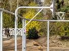 Omšelý areál nahradilo velké hřiště, na kterém jsou dva kurty na basketbal.